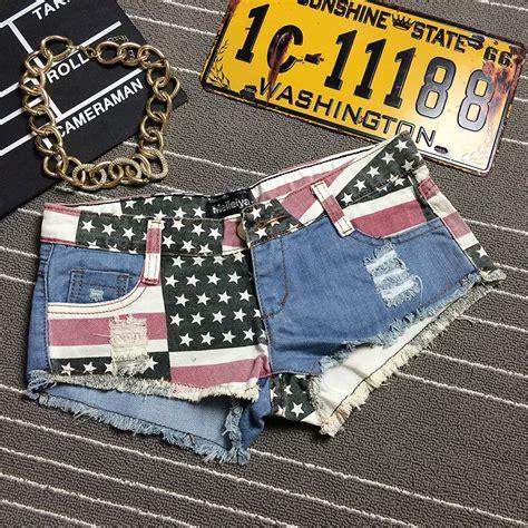 Celana Pendek Cm Biru merobek bendera amerika serikat dengan mengenakan celana