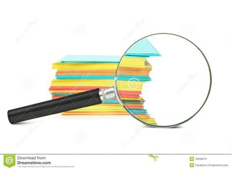 loupe et une pile de papier images libres de droits