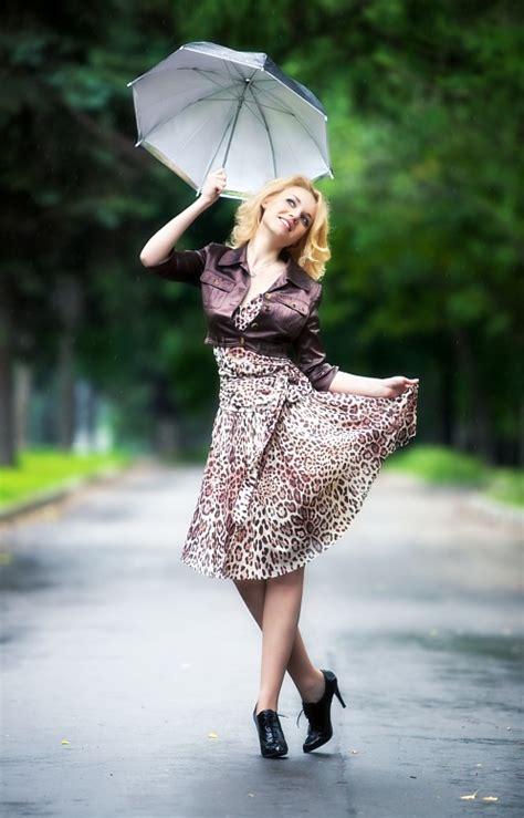 femmes russes sous la pluie les russes 9870487