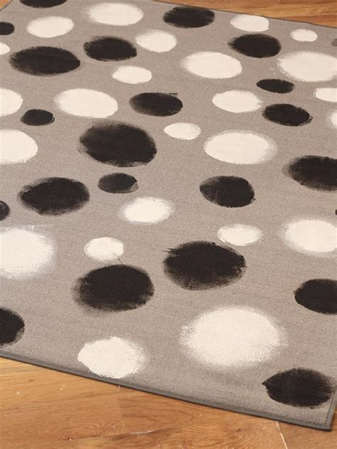 Painting An Outdoor Rug How To Paint Black And White Dots On A Rug Hgtv