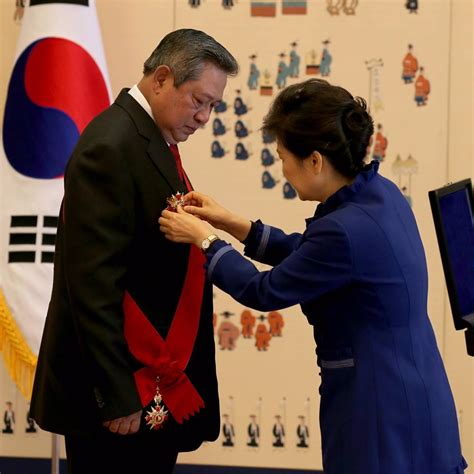 Piring Pajangan Dari Korea Selatan mantan presiden ri sby menerima penghargaan the grand order of mugunghwa dari korea selatan