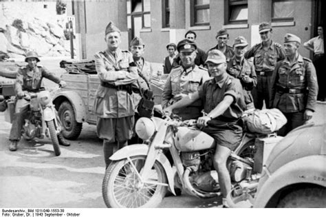 Ersatzteile Für Alte Triumph Motorräder by Jugoslawien Split Soldat Mit Motorrad Ringos