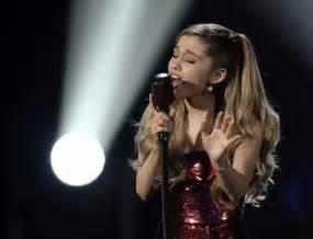 tattooed heart music awards american music awards 2013 ariana grande earns applause