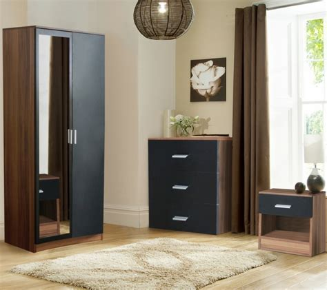 schwarzer kleiderschrank verleiht dem schlafzimmer eine