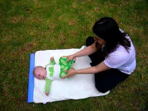 imagenes de personas haciendo ok yoga para mam 225 y beb 233 estiramiento para beb 233 s youtube