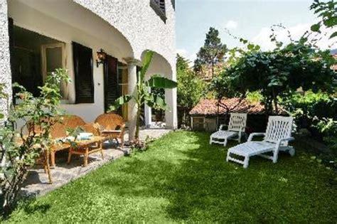 giardini lussuosi casa con giardino privato posto auto sita in zona