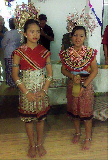cerca iban da giovani donne iban indossano il costume tradizionale