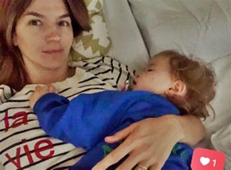 hija se mete a la cama de su padre para cpjer marcela kloosterboer subi 243 una foto junto a su hija en la cama