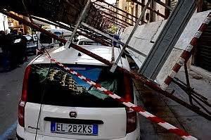 istituto popolari palermo crolla un impalcatura nel palazzo iacp sfiorata la