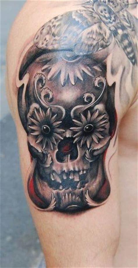 schulter blumen totenkopf motte tattoo von nadelwerk