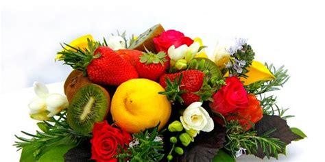 vasi di frutta un centrotavola di fiori e frutta cose di casa