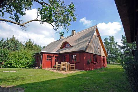 urlaub mit hund ostsee eingezäunter garten roter schwede ferienhaus unter reet hund an der ostsee