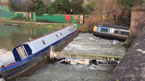 canal boat crash crashed narrow boat in oxford to be removed by crane bbc
