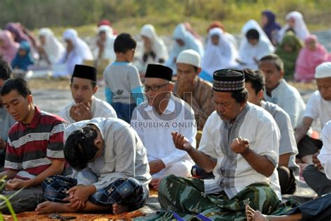 Rompi Sholat Kota Depok Jawa Barat umat islam butuh kalender hijriah global republika