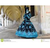 Mujer Enmascarada En Traje Negro Y Azul Foto De Archivo