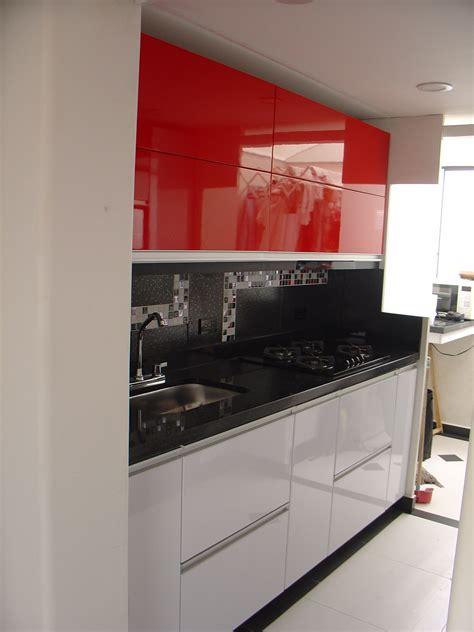cocina en poliuretano  aluminio blanca roja  negra
