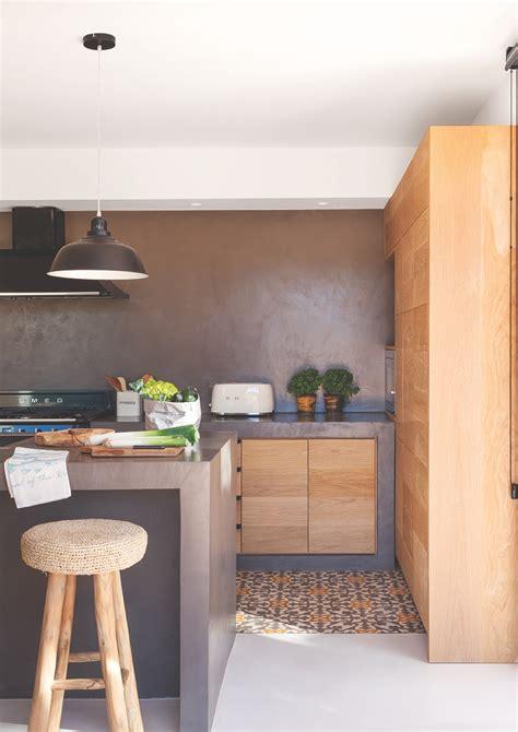 cocina con muebles de madera microcemento gris y suelo hidr 225 ulico en gris y naranja mg 8894