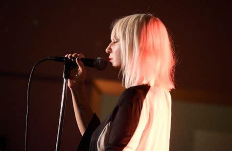 Sia Chandelier Live Sia Slays Quot Chandelier Quot Quot Elastic Quot On Quot Snl Quot Directlyrics