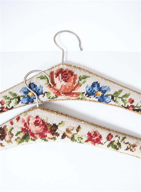 Set Embroided 1 the pink embroided hanger set andpause