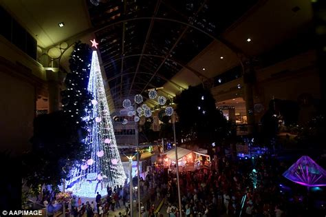 canberra christmas tree covered in 520 000 lights breaks
