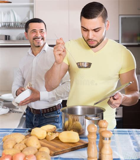 uomini cucinano due uomini cucinano a casa immagine stock immagine