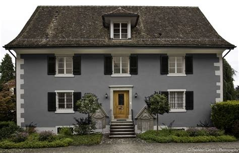 graue fassade wei e fenster blaugraue hausfassade wei 223 e akzente dunkles dach und