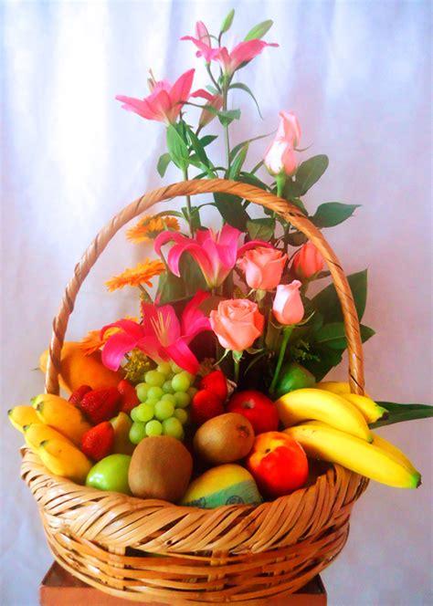 canasta de frutas para regalo env 237 a un canasta de fruta con flores variadas a m 233 xico df