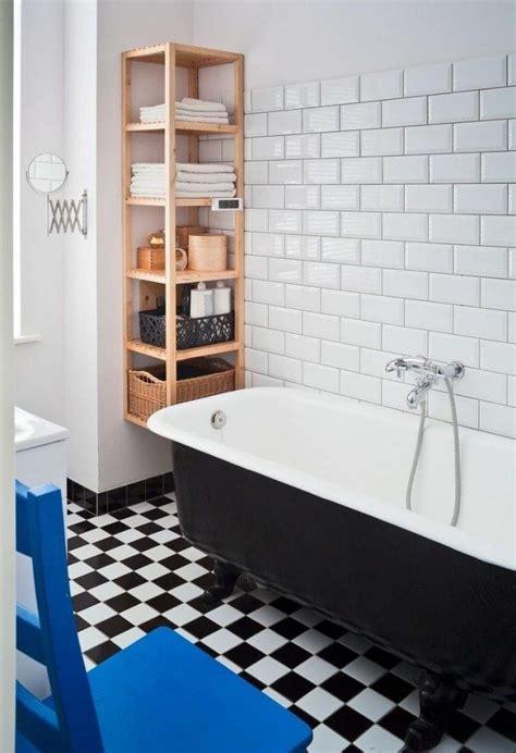Kleines Badezimmer Holz by Kleines Badezimmer Retro Design Holz Wandregal Badewanne