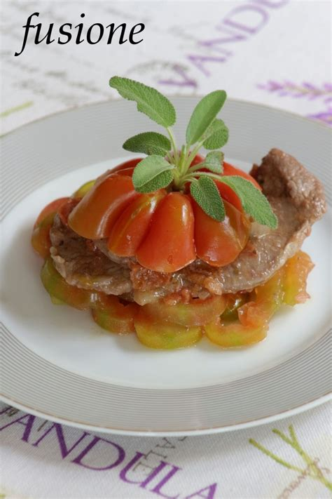 cucinare fettine di manzo fettine di manzo in padella con pomodori e cipolla