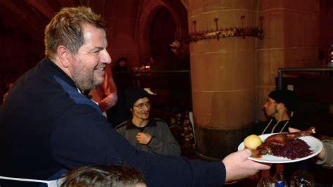 weihnachtsgans essen in frankfurt 600 teller g 228 nsebraten weihnachts essen f 252 r obdachlose im