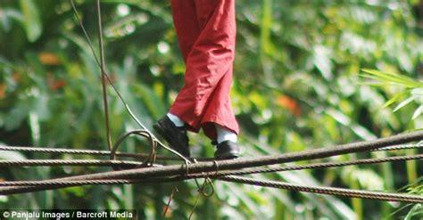 Lu Sorot Dc indonesia di sorot media terkemuka inggris perjuangan anak anak sd melewati jembatan tali