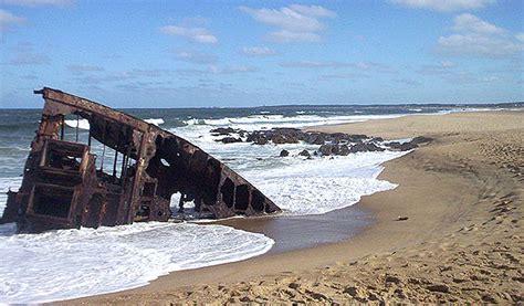hay un barco olvidado en la playa letra 20 hermosos y espeluznantes barcos olvidado por la