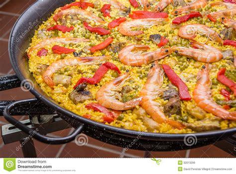videos de cocina tradicional espa ola el detalle de la paella espa 241 ola tradicional cocin 243 en una