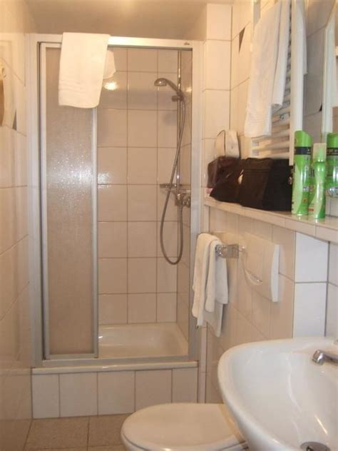 badezimmer mit dusche bild quot kleines badezimmer mit dusche quot zu rhein hotel