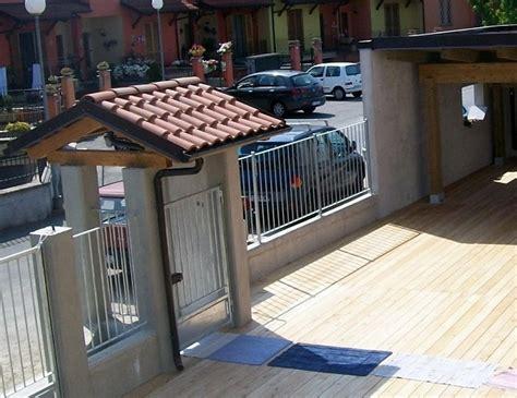 tettoie per cancelli esterni bodda il picchio pali e recinzioni in rovere castagno
