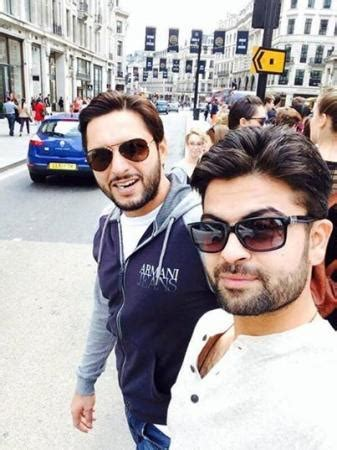 shahid afridi and ahmed shehzad shopping in london