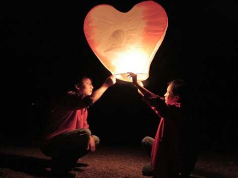 How To Make A Paper Floating Lantern - 1000 ideas about floating paper lanterns on
