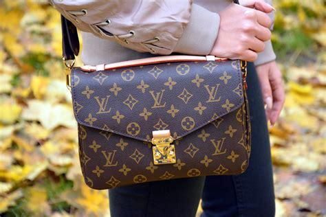 Louis Vuitton Kd stylizacja z torebką louis vuitton pochette m 233 tis