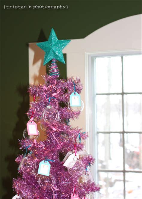 decoracion de arboles con cinta baby shower en diciembre lacelebracion