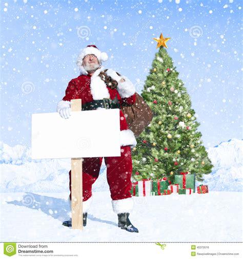 arboles de naviadad con santa clous santa claus y cartel en blanco con el 225 rbol de navidad foto de archivo imagen 45370516