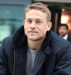 how to get thecharlie hunnam haircut charlie hunnam is sexier than ever in a black suit at lost