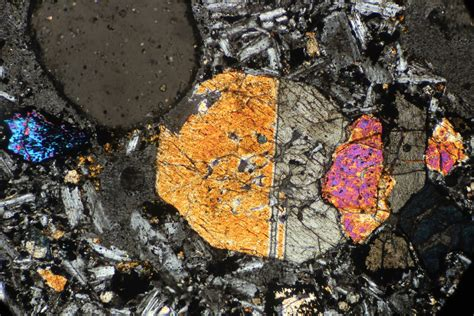 basalt thin section what is the paragenesis of hornblende in an olivine basalt