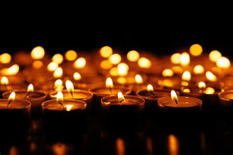 foto candele accese candele set di candele accese nel buio scaricare foto