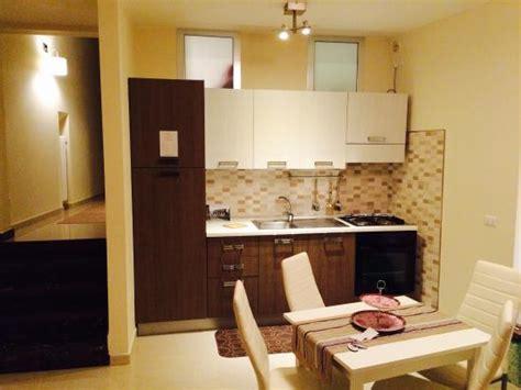 zona living con cucina zona living con cucina dotata di stoviglie e pentolame tv