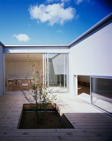 patio interior superficie construida casa patio minimalista en jap 243 n por horibe associates