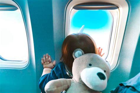 si possono portare alimenti nel bagaglio a mano consigli per viaggiare in aereo con i bambini intermundial