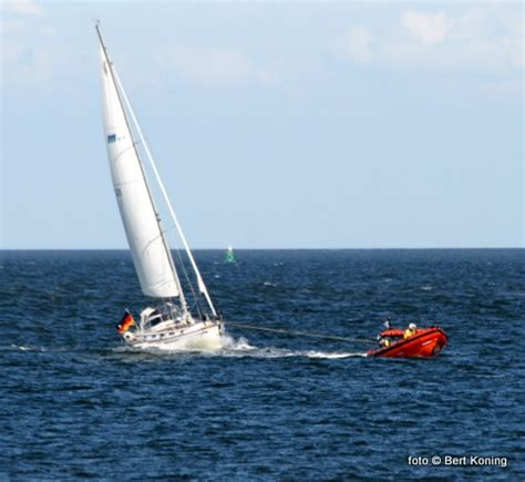 scheepvaart noordzee volgen knrm oudeschild sleept duits zeiljacht shangri la binnen