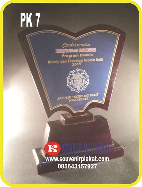 Plakat Marmer Souvenir Merchandise Seminar Hadiah Kenang Kenangan produksi plakat kayu souvenir plakat kontes