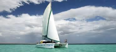 Sailing ningaloo reef in western australia aboard shore thing sail