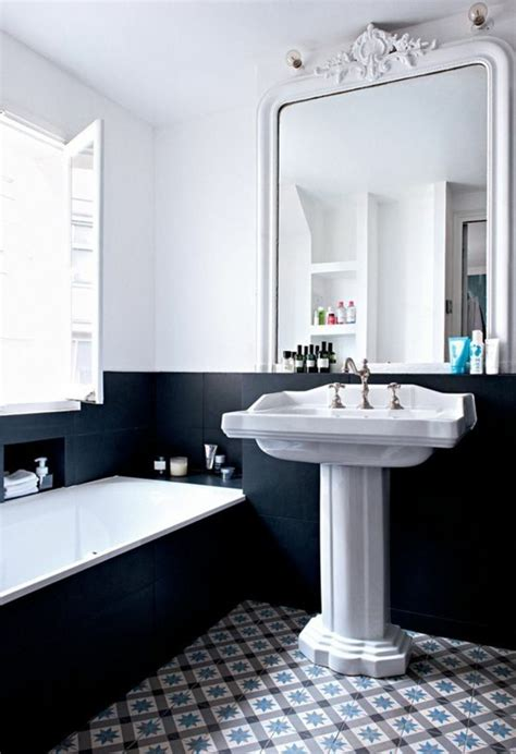 Ordinaire Idee Couleur Salle De Bain #3: lavabo-retro-lavabo-sur-pied-grand-miroir-baroque-carrelage-damier.jpg